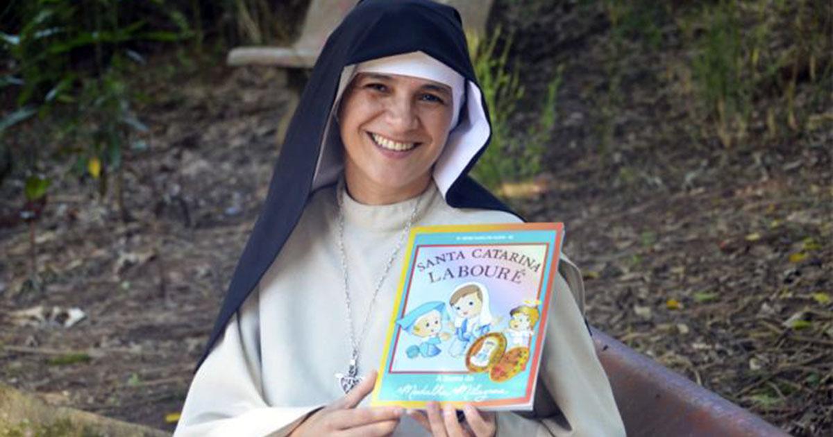 Religiosa publica libro ilustrado sobre Santa Catalina Labouré
