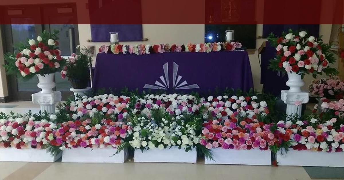 Los parroquianos en Charlotte ofrecen miles de flores a Trump