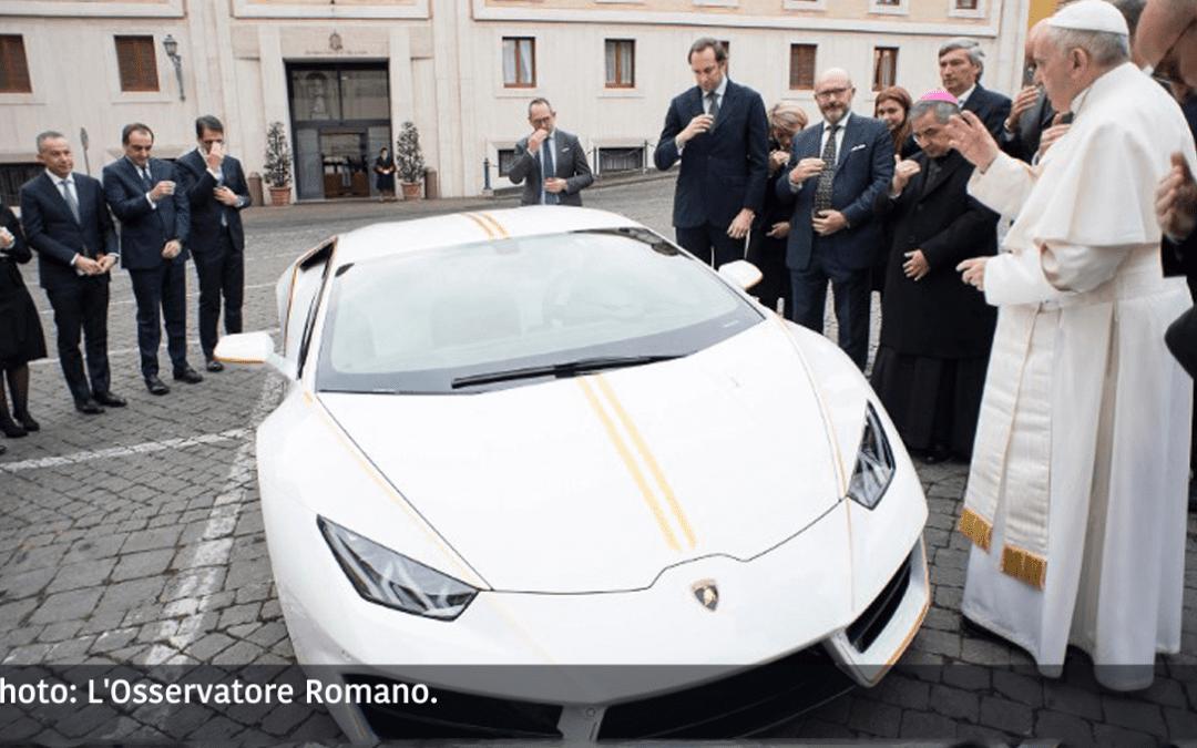 ¿Qué hace el Papa con un Lamborghini?