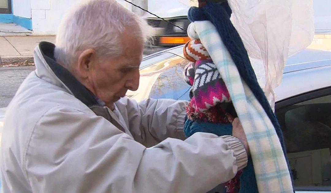Un hombre de 84 años de edad reparte bufandas a los necesitados, en memoria de su difunto hijo