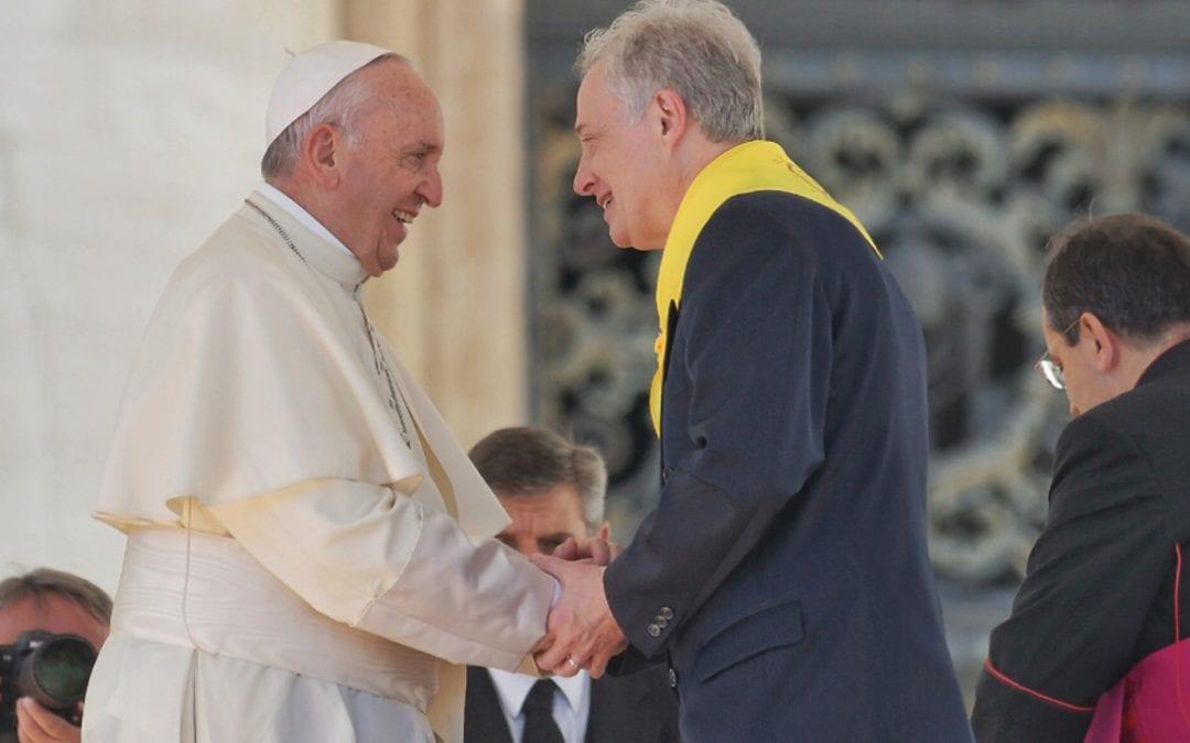 Saluto al Papa Francesco durante l'udienza in occasione del Simposio
