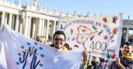 Integrante da Juventude Mariana Vicentina (JMV) durante o Simpósio com o Papa Francisco, em Roma. (14 de outubro de 2017)