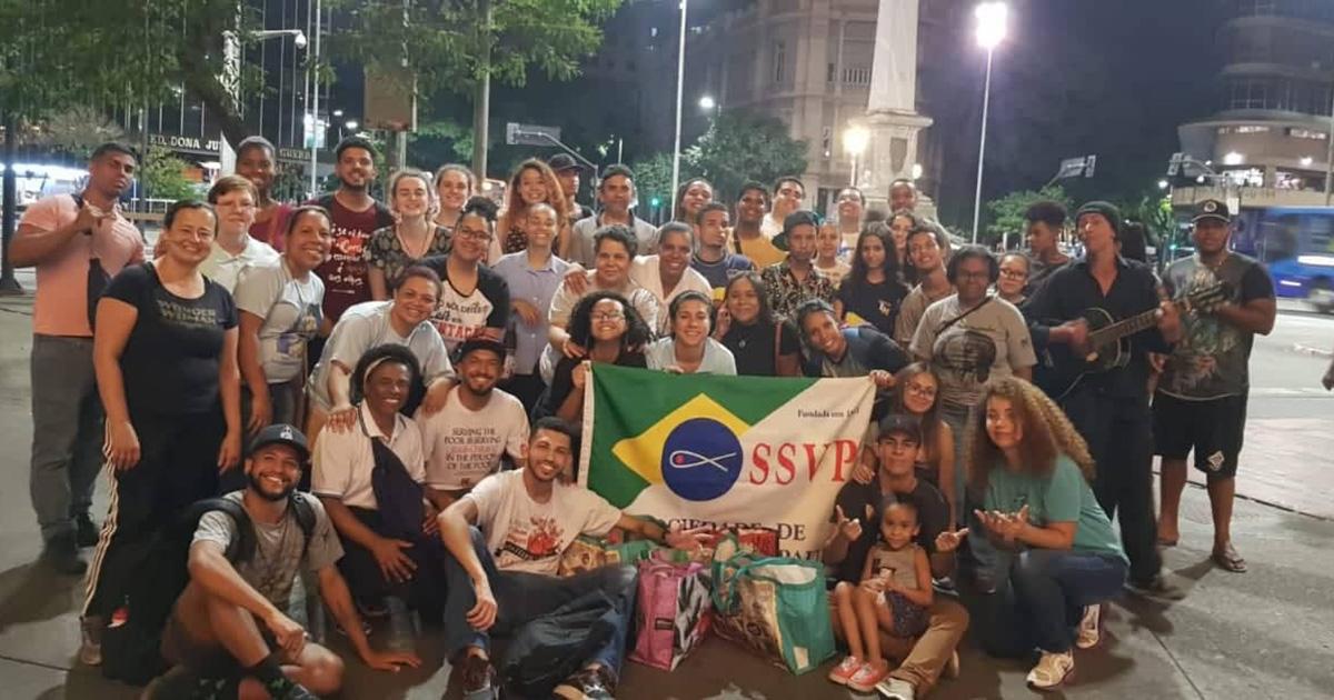 Jovens vicentinos distribuem alimento e atenção nas ruas de Belo Horizonte (Brasil)